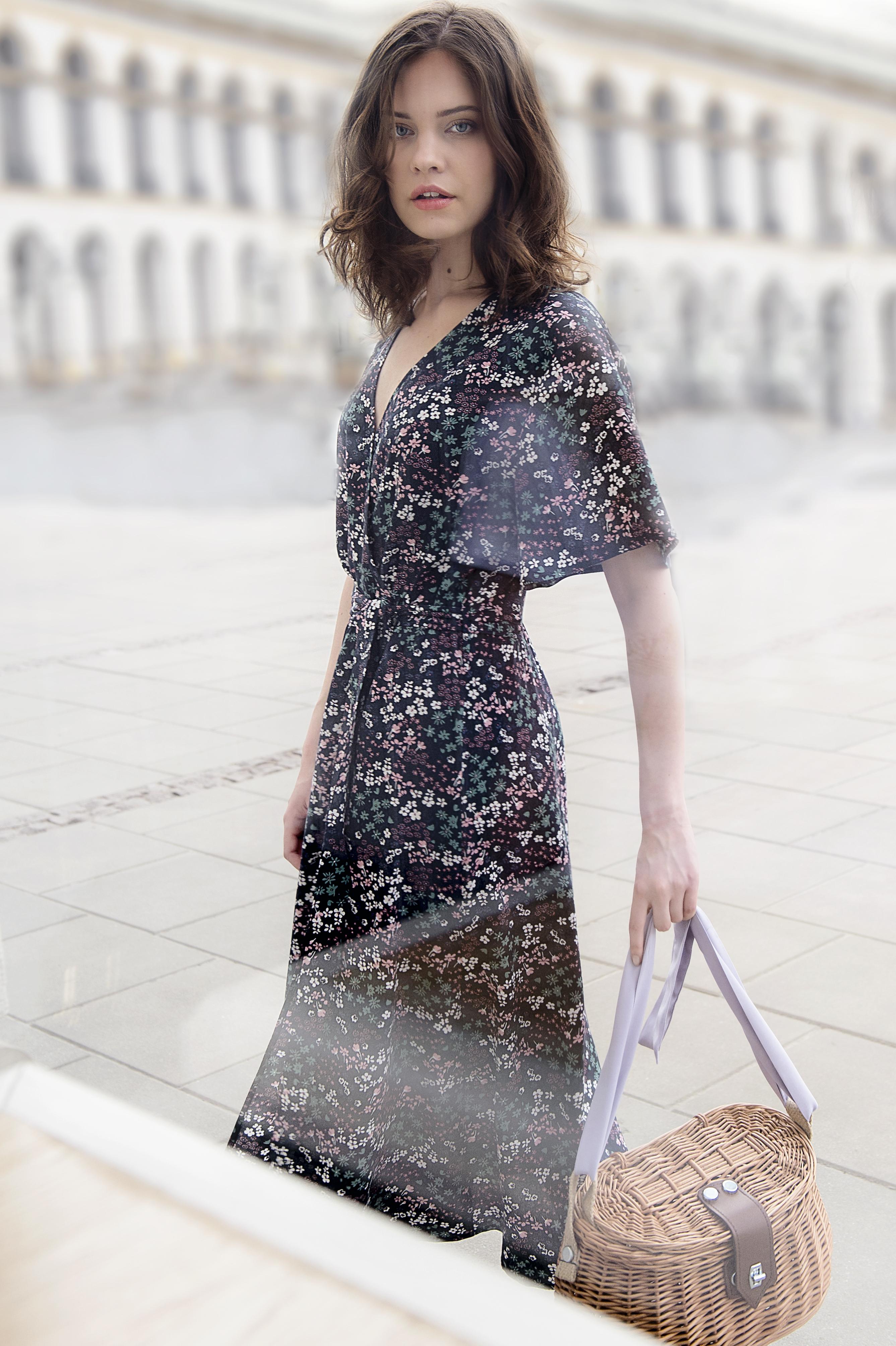 sukienka kopertowa w drobne kwiaty