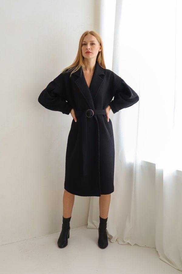 płaszcz z klamrą czarny